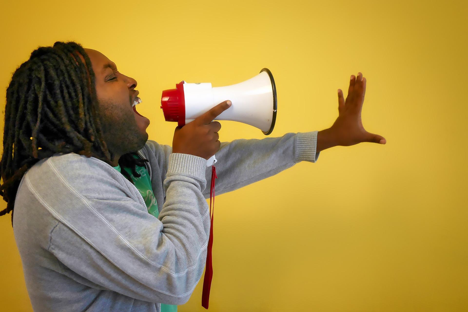 声が小さい人でも大きな声が出せる『常識破りな』3つの方法